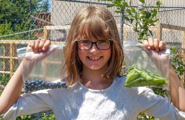 menina-9-anos-cultiva-horta-alimentar-moradores-rua